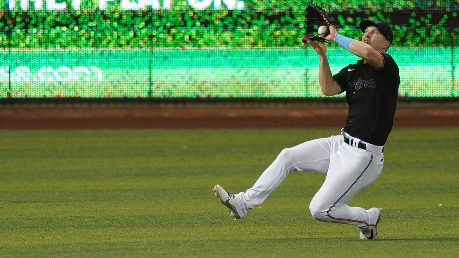 Blue Jays acquire Dickerson, Cimber from Marlins